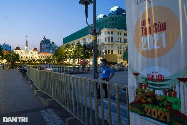 Du khách ngỡ ngàng khi đường hoa Nguyễn Huệ không khai mạc, 17h đóng cửa - 7