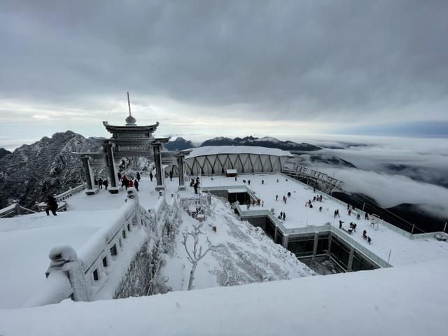 Du khách đổ về Fansipan ngắm cảnh tuyết rơi dày đặc như trời Âu ảnh 1