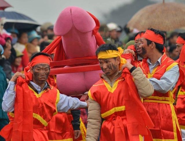 Đỏ mặt với những lễ hội rước của quý trên thế giới, Việt Nam cũng có - 1