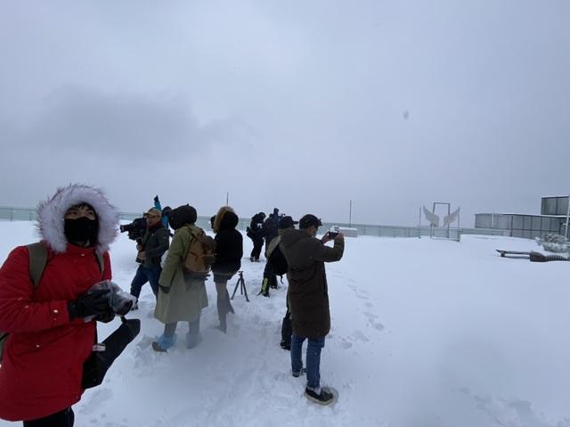 Du khách đổ về Fansipan ngắm cảnh tuyết rơi dày đặc như trời Âu ảnh 7