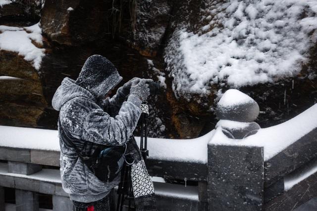 Du khách đổ về Fansipan ngắm cảnh tuyết rơi dày đặc như trời Âu ảnh 8