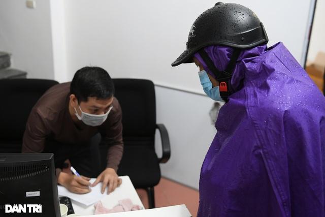 Người dân đội mưa tới mua pháo, đốt trải nghiệm ngay trước Tết ở Hà Nội - 5