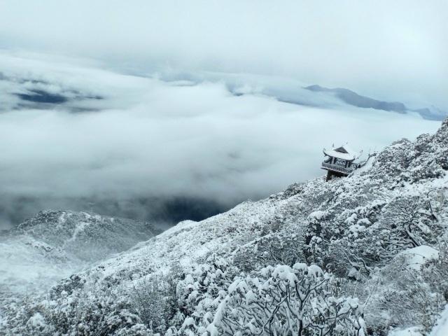 Du khách đổ về Fansipan ngắm cảnh tuyết rơi dày đặc như trời Âu ảnh 12