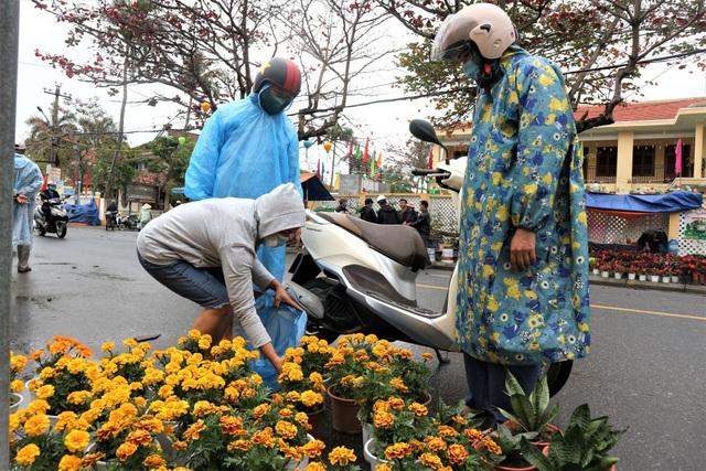 Chợ hoa xuân Hội An không ế ẩm như dự đoán; Huế người bán nhiều hơn mua - 1