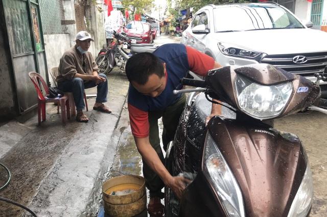 Bận rộn từ sáng đến tối, dịch vụ rửa xe cuối năm kiếm bộn tiền - 1