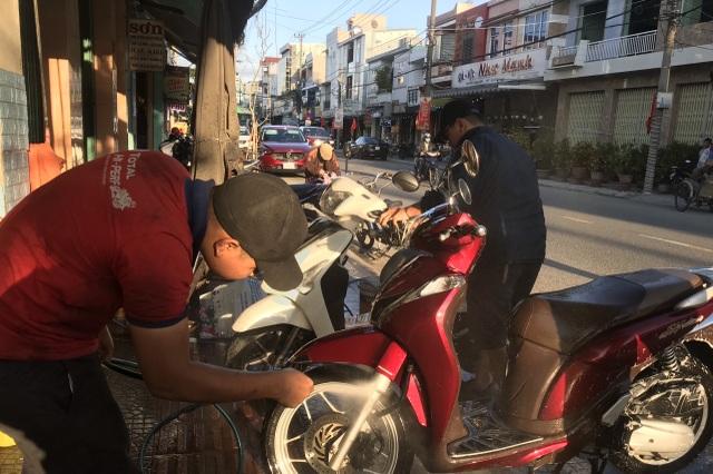 Bận rộn từ sáng đến tối, dịch vụ rửa xe cuối năm kiếm bộn tiền - 2