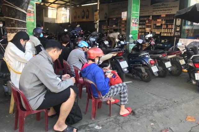 Bận rộn từ sáng đến tối, dịch vụ rửa xe cuối năm kiếm bộn tiền - 3