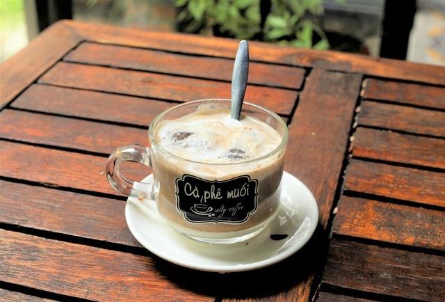 Cà phê muối lạ miệng ở Huế, thực khách muốn thưởng thức phải kiên nhẫn chờ - 1