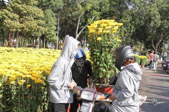 Ninh Thuận: Hoa không về thành phố, nông dân chở ra đường bán - 3