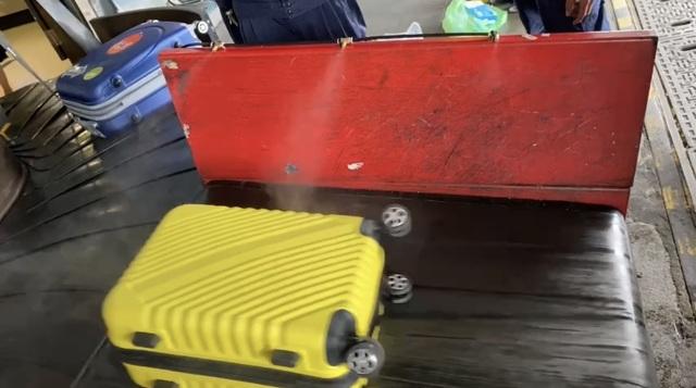 Sân bay Tân Sơn Nhất khử khuẩn hành lý của khách sau loạt ca nhiễm Covid - 1