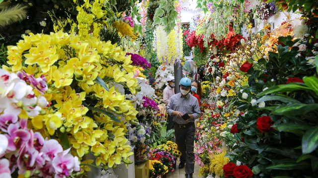 Cô gái 9X xinh đẹp bán hoa giả ngày Tết thu nhập hơn nửa tỷ đồng - 2