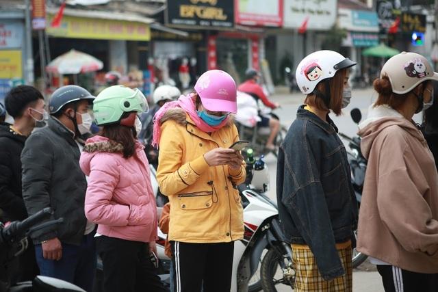 Rồng rắn hàng giờ đồng hồ trước cây ATM chờ để được rút tiền tiêu Tết - 2