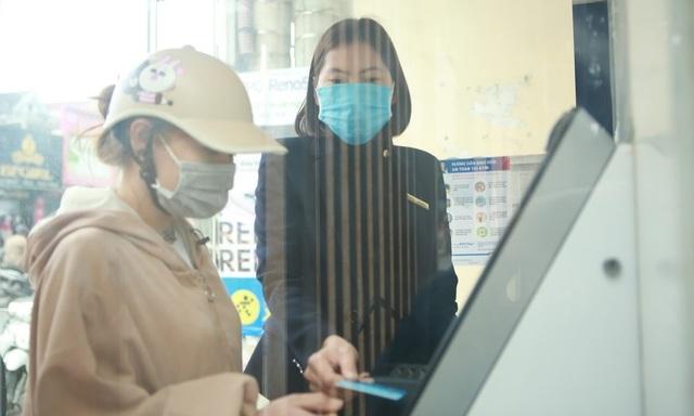 Rồng rắn hàng giờ đồng hồ trước cây ATM chờ để được rút tiền tiêu Tết - 4
