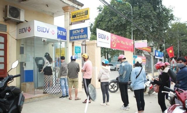 Rồng rắn hàng giờ đồng hồ trước cây ATM chờ để được rút tiền tiêu Tết - 1