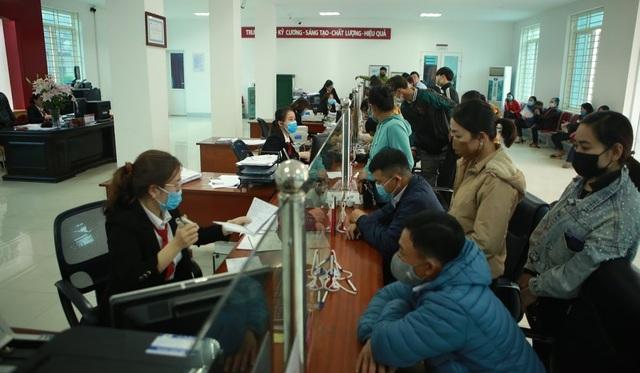 Rồng rắn hàng giờ đồng hồ trước cây ATM chờ để được rút tiền tiêu Tết - 5