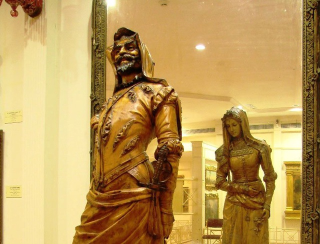 Chiêm ngưỡng bức tượng hai mặt, muốn xem phải nhìn qua gương - 1