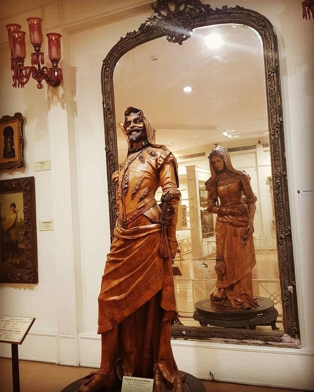 Chiêm ngưỡng bức tượng hai mặt, muốn xem phải nhìn qua gương - 2