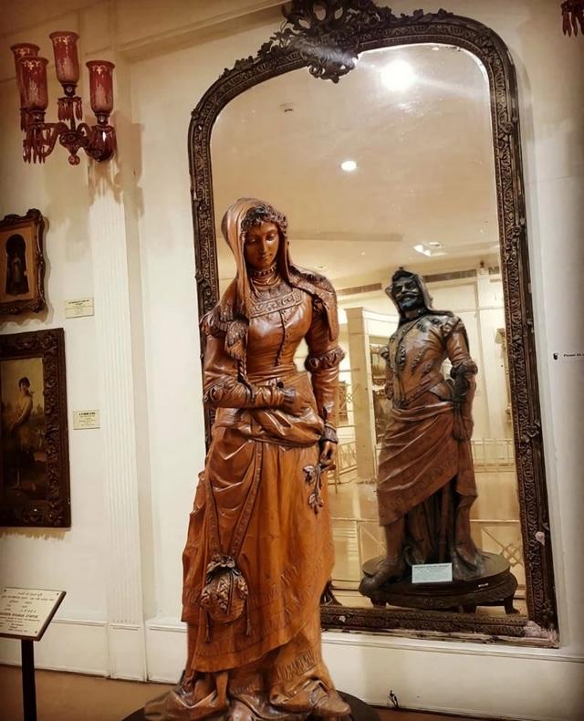 Chiêm ngưỡng bức tượng hai mặt, muốn xem phải nhìn qua gương - 4