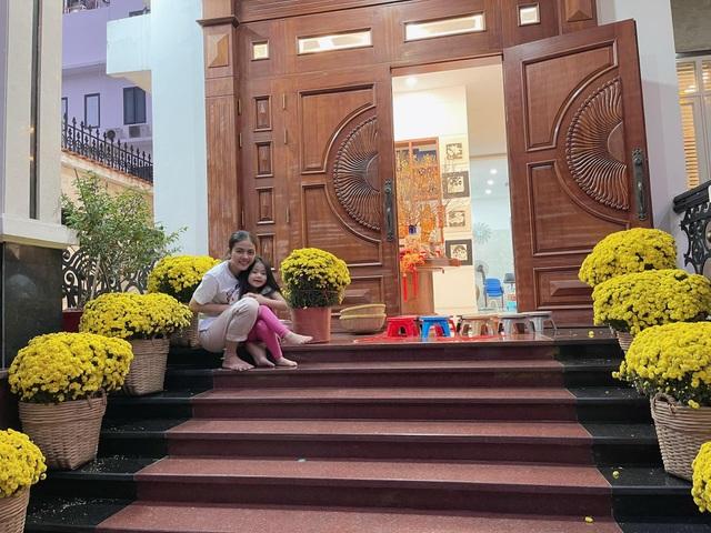 Căn biệt thự ngập hoa Tết của diễn viên Vân Trang - 1