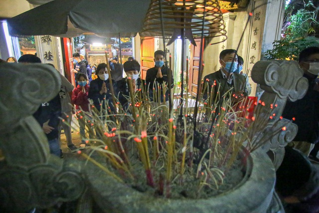 Capital people go to pagodas to pray for security on New Year's Eve - 5