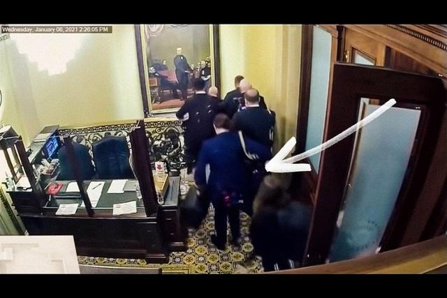 Video mới vụ bạo loạn: Đám đông suýt tiếp cận vali hạt nhân của ông Pence - 1