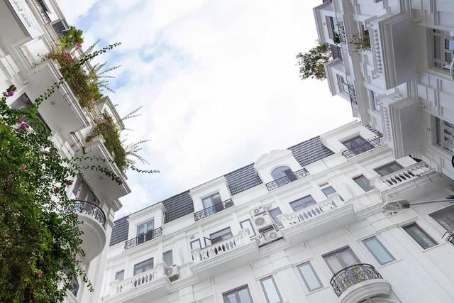 Biệt thự trắng hoành tráng ở con phố sầm uất bậc nhất Hà Nội - 1