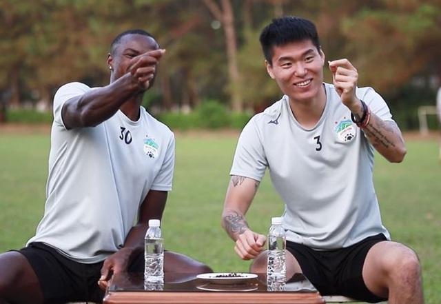 Ngoại binh V-League thi cắn hạt dưa, Văn Lâm khoe có bánh chưng ngày Tết - 2