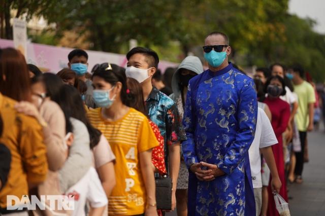 Người Sài Gòn đội nắng, đeo khẩu trang du xuân đường hoa Nguyễn Huệ - 1