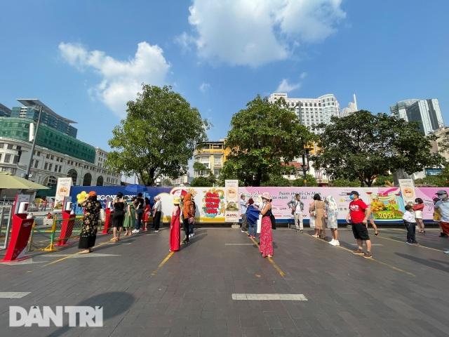 Người Sài Gòn đội nắng, đeo khẩu trang du xuân đường hoa Nguyễn Huệ - 8