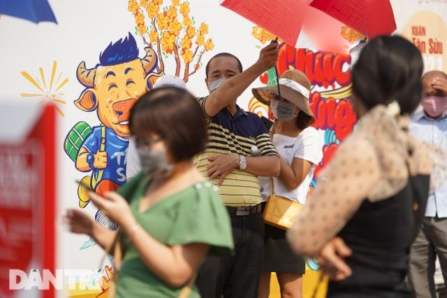 Người Sài Gòn đội nắng, đeo khẩu trang du xuân đường hoa Nguyễn Huệ - 13