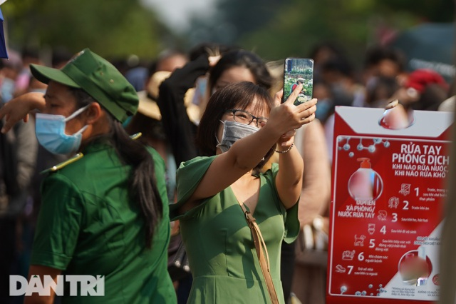 Người Sài Gòn đội nắng, đeo khẩu trang du xuân đường hoa Nguyễn Huệ - 17