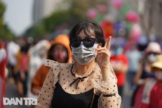 Người Sài Gòn đội nắng, đeo khẩu trang du xuân đường hoa Nguyễn Huệ - 14