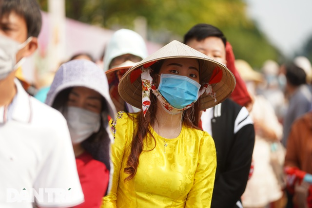 Người Sài Gòn đội nắng, đeo khẩu trang du xuân đường hoa Nguyễn Huệ - 3