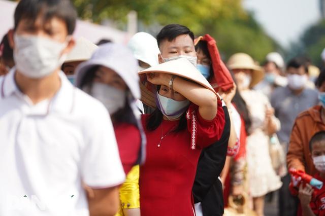 Người Sài Gòn đội nắng, đeo khẩu trang du xuân đường hoa Nguyễn Huệ - 20