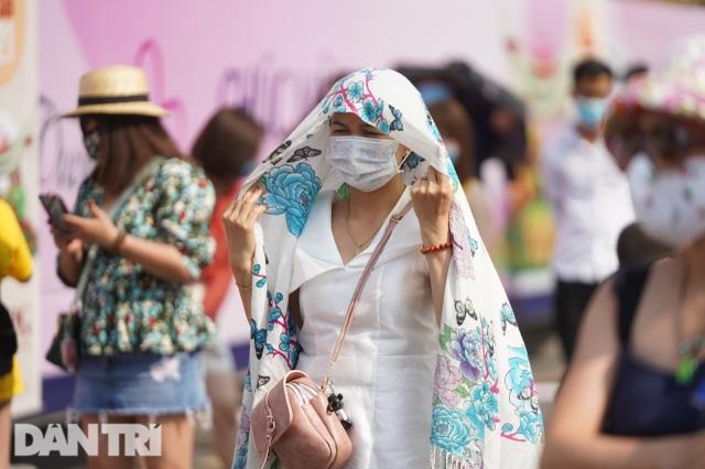 Người Sài Gòn đội nắng, đeo khẩu trang du xuân đường hoa Nguyễn Huệ - 15