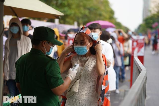 Người Sài Gòn đội nắng, đeo khẩu trang du xuân đường hoa Nguyễn Huệ - 18