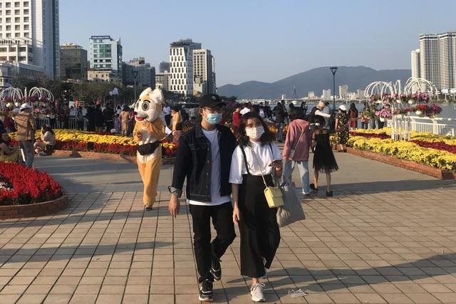Đà Nẵng: Cầu Tình yêu hút giới trẻ dịp Valentine - 3