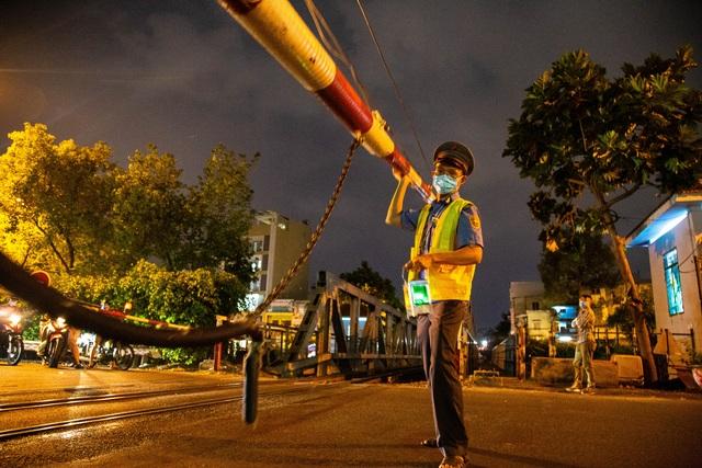 Gian nan nghề gác tàu giữa trung tâm Sài Gòn - 1