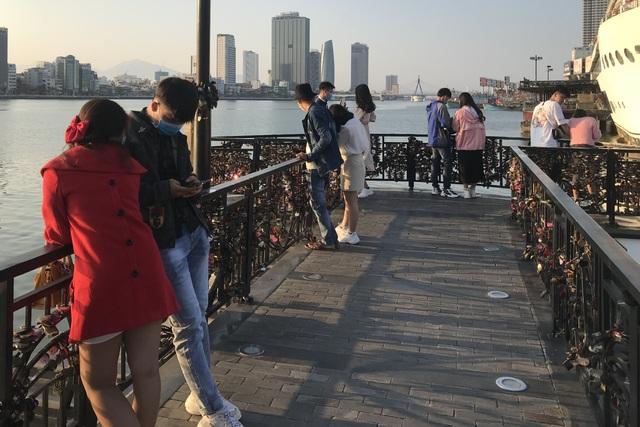 Đà Nẵng: Cầu Tình yêu hút giới trẻ dịp Valentine - 2