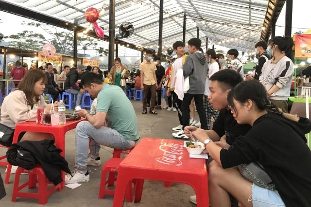 Đà Nẵng: Cầu Tình yêu hút giới trẻ dịp Valentine - 4