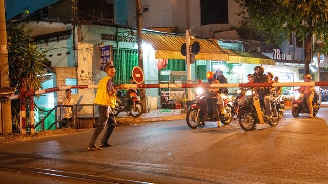 Gian nan nghề gác tàu giữa trung tâm Sài Gòn - 4