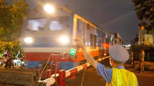 Gian nan nghề gác tàu giữa trung tâm Sài Gòn - 5