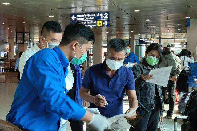 Đoàn viên trực chốt, hướng dẫn khai báo y tế tại sân bay... xuyên Tết - 1