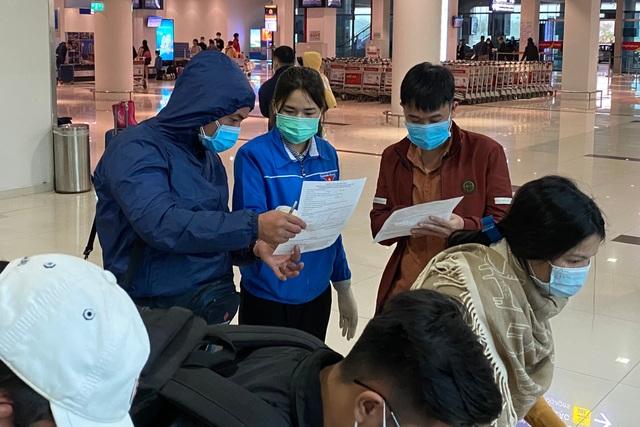 Đoàn viên trực chốt, hướng dẫn khai báo y tế tại sân bay... xuyên Tết - 2