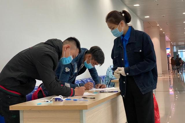 Đoàn viên trực chốt, hướng dẫn khai báo y tế tại sân bay... xuyên Tết - 4
