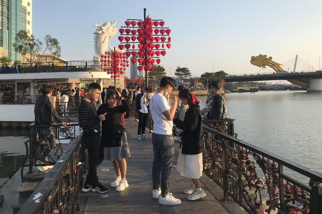 Đà Nẵng: Cầu Tình yêu hút giới trẻ dịp Valentine - 1