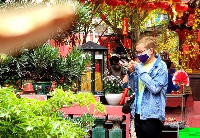 Mùng 3 Tết trùng Valentine, giới trẻ Sài Gòn về chùa Ngọc Hoàng cầu duyên - 8