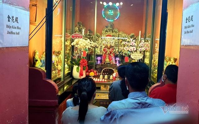 Mùng 3 Tết trùng Valentine, giới trẻ Sài Gòn về chùa Ngọc Hoàng cầu duyên - 9
