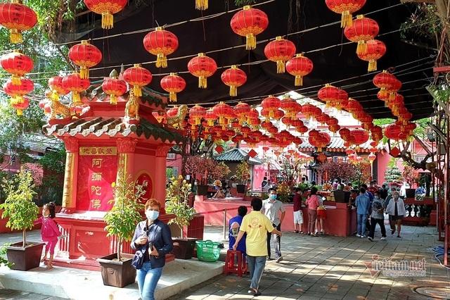 Mùng 3 Tết trùng Valentine, giới trẻ Sài Gòn về chùa Ngọc Hoàng cầu duyên - 10