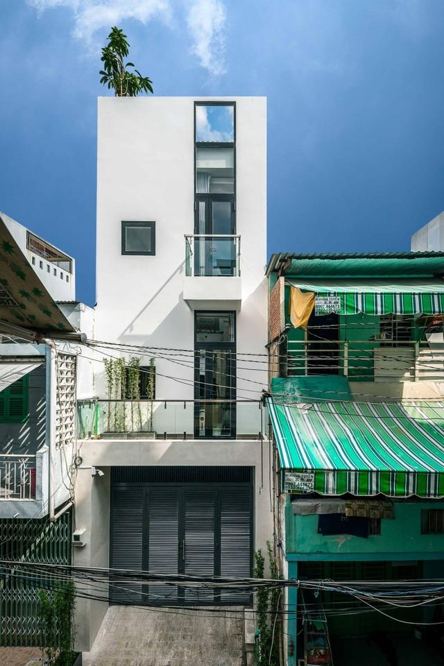 Nhà Sài Gòn vừa dài vừa hẹp vẫn thoáng sáng bất ngờ nhờ chiêu đơn giản - 1